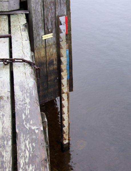 Inarin vedenkorkeuden mittaus Inarin kalasatamassa. Kuva: Ari Savikko